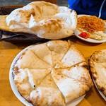 インド料理 サマン - ハニーチーズナン、奥はプレーンナン