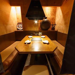 暖簾で仕切られるタイプの半個室。キープディスタンスで焼肉