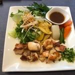 レストラン南 - ◆古処鶏ステーキ 鶏肉は柔らかいそう。お野菜がタップリ添えられていて、ボリュームある品。 朝倉産のお野菜に拘られているようです。