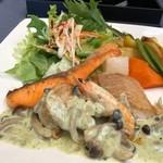 レストラン南 - 本日のお魚ランチ伺った日は「鮭」「帆立」「海老」「鰈」などのグリル。鰈が美味しい。 キノコなどが入ったクリームソースがかけられています。このクリームソースが美味しい。 盛り付けにもう少し工夫があれば、より美味しそうに見えるような。
