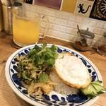 バンコク屋台 飯と酒 トゥクトゥクトウキョウ - タイハーブサラダ、ジャスミンライスセット