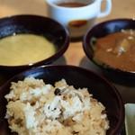 大地の贈り物 - キノコの炊き込みご飯、グリーンカレー、野菜たっぷりの普通のカレー