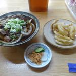 うどん屋 かず - 料理写真:「肉うどん」700円・「玉ねぎ天ぷら」120円