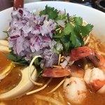麺匠 喜楽々 - 紫玉葱のみじん切りとトムヤムクンには欠かせないパクチー