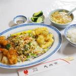 85691056 - サービスランチ(糖醋鶏、酥炸魚條)