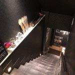 白金魚 プラチナフィッシュ 新橋鉄板バル - お店への階段