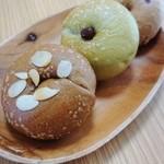HAPPY BAGEL - 料理写真:ミニベーグルはこぶしサイズ。 生キャラメルアーモンド、抹茶クリーム大納言、くるみいちじく