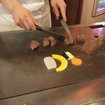 勝 - スパスパと切られてゆくモ~のモモ肉