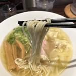 らーめん本竈 - 麺はストレートの細麺