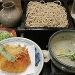 手打そばあや竹 - 料理写真:つゆがあつあつの天ぷらせいろ。器全般、良い感じに年季入ってます♪