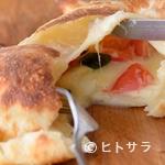 イタリアン食堂Bright.D - とろーりチーズがたまらない『2種のチーズとフレッシュトマトの包みピザ』