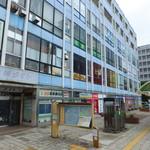 ドムドムハンバーガー - 桑栄ビル 2階(写真中央の赤い窓)に朧げにゾウさんのマークが
