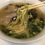 まるしげラーメン - 麺はデフォ、ちゃんと火が通ってます!