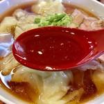 85712122 - スープは魚介系の旨味たっぷり                       鰹の良い香りが鼻腔をくすぐります