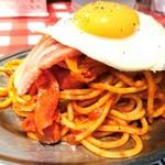 スパゲティーのパンチョ - ナポリタン目玉焼き 740円  厚切りベーコン 200円