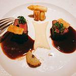 銀座 レカン - 短角牛ロースのロティ  白アスパラガスのグリエとコンテチーズのクラッカー新玉葱のピュレとフォンドボソース  青森県産黒ニンニク風味