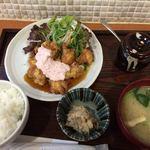 マルワ食堂 - チキン南蛮タルタル定食 800円 壺に入っているのはふりかけです。
