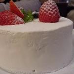 85722050 - ホワイトチョコレートとイチゴのショートケーキ
