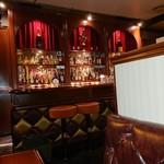 cafe bar Bank - カウンターはお酒がたくさん
