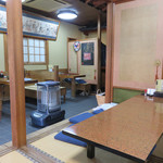すみ田 - テーブル席と掘り炬燵式の小上がりがあります。