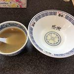 ラーメン而今 - 麺の残り汁でスープ割にします。