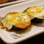 やきとり大吉 - ナスチーズ。 焼き茄子にチーズをのせ、ゴマダレをかけたものです。