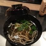 日本料理 花月 - 沢煮椀には黒七味をかけて