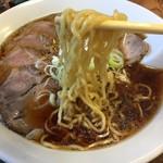 いちい - 中細の縮れ麺。これも如何にも『The中華そば』。 デフォルトで茹で具合はベスト。まだ柔らかくても許せる味。麺の味も食感も良し!  美味い!