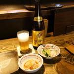 85747973 - 瓶ビール750円+サ、7本コース3,700円+サ、お通しの鬼おろしと蕪・胡瓜のお新香