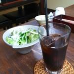 百屋 - 料理写真:サラダとアイスコーヒー