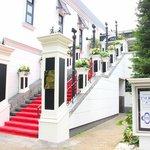 ツキ シュール ラメール - 入口までは赤じゅうたんの階段を上ります