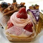 85752388 - フォレノワール、苺のモンブラン@ロールケーキに苺クリームと7粒も苺が!
