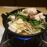 魚民 - 「もつ鍋 麺付」野菜がたっぷり入っていて、量的にも満足感があるのだが、ぐつぐつと煮込みながら、出来上がりを愉しみながら待つ。