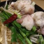 魚民 - 「もつ鍋 麺付」接写。価格的に、862円(税込)と言うことだったが、先ず先ず納得の価格だと思う。