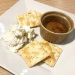 花畑牧場ラクレットチーズ×肉バル ブルーノ東京 - リコッタチーズとハチミツのディップ ¥580(ドライフルーツは品切れ)