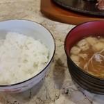 ステーキハウス igarasi - ご飯とお味噌汁。