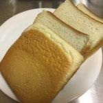 一本堂 - よもぎ食パン 少し緑色