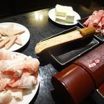 逸品火鍋 - 鶏肉つみれ、中華ハム、豚スライス、ジンギスカンラムロース、豆腐。