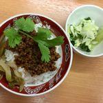 85767688 - ランチタイムAセットの醤肉飯とキャベツ漬け。                       麺の価格+187円(税抜)。