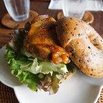 空猫カフェ - ごまベーグルのチキンのカレー焼きサンド♡