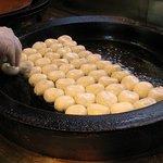 上海 焼き小籠包 - 1個1個丁寧に並べていきます。
