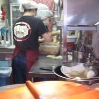 上海 焼き小籠包 - 2.4坪の狭い店内で一つ一つ手作りで包んでいます。