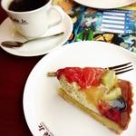 イタリアントマト カフェジュニア - 映画コナンの宣伝チラシ、退けようと思ったらテーブルにくっ付いてる(*_*)
