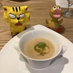 トラットリア レット - 空豆を浮かべた90%新玉ねぎの温かいスープ