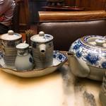 老記海鮮粥麺菜館 - 卓上調味料と烏龍茶