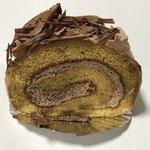 ラビアンローズ - ロールケーキ(チョコクリーム)160円。1本800円でも売ってます。のの字のケーキをカットした物です。
