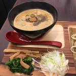 麺場神徳 - 辛つけ麺 つけダレと薬味