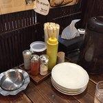 ねぎ庵 - 卓上(黄色い容器はオリジナルソース)