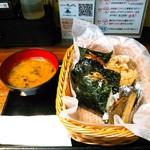 おむすび きゅうさん - にんにくの効いた唐揚げ2個や太いきんぴら牛蒡、美味しいお味噌汁付き。