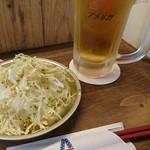 アメリカ - 生ビールとお通しの塩ダレ千切りキャベツ